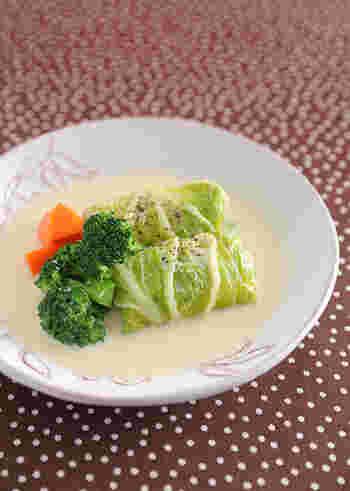 キャベツを白菜に代えて作るロール白菜は、煮込んで柔らかくなったジュージーな食感も魅力です。スープの味付けはコンソメ味やトマト味など家庭によっていろいろですが、こちらは豆乳仕立てのクリーム味。中のタネには鶏ひき肉と豆腐を使った、とってもヘルシーな一皿です。