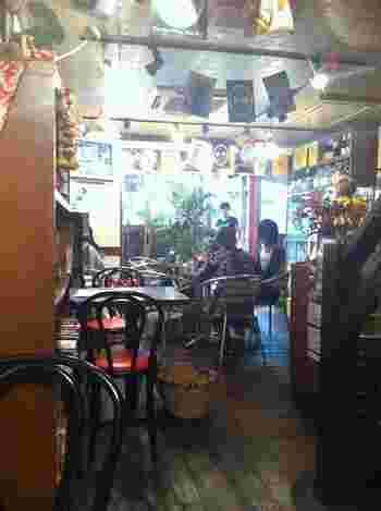 """""""飲み屋横丁""""を通って到達。テラス席のあるタイ料理の人気店です。 辛味の度合いを調節してくれるなど、味覚のリクエストにも応じてくれます。"""