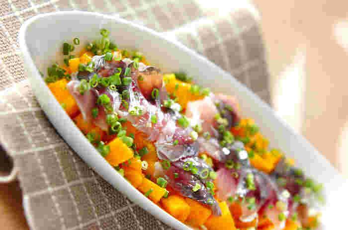 シーフード×南国フルーツは、ビーチリゾートを思わせる組み合わせ。酢漬けのアジと甘いマンゴーのマリアージュが楽しみな前菜です。そのままでも美味しいですが、お好みでドレッシングをかけても。