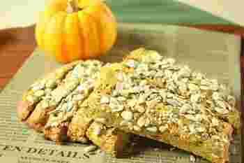 マッシュしたかぼちゃが入った生地に、おからパウダーときなこを加えたビスコッティです。シードミックスの代わりにくるみを使ってもいいですね。