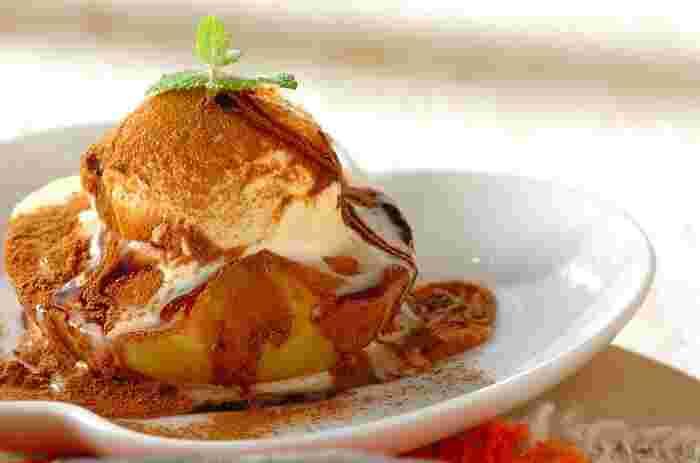 手軽に焼きリンゴを味わいたいときには、電子レンジでチン!バターを使わないレシピです。