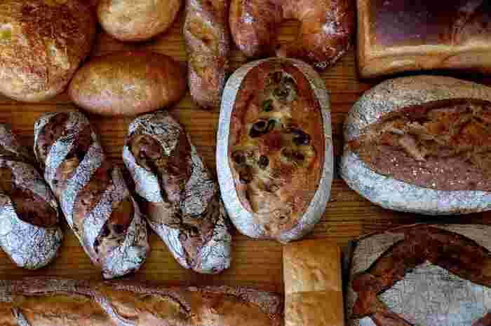 カネルブレッドでは国産の小麦やライ麦にこだわっており、ハード系のパンが特に人気があります。湯種食パンなどベーシックなパンや、甘い系のソフトパンなども充実しており、どれを選ぼうか迷ってしまう程ですよ。隠れた人気パンは「フォッカッチャ」で、パサつきの無い生地はお料理との相性も抜群です。パンの並べ方にもセンスが光っており、わくわくが止まらないお店です。