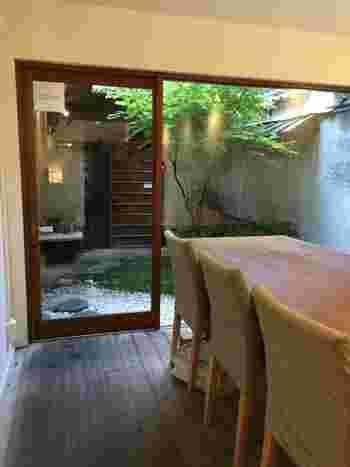 奥にいってみると可愛い中庭が♪多くの京町屋には「通り庭」という土間の縦長の通路があり、その奥に「裏庭」が作られています。昔はそこが風の通り道で部屋を過ごしやすくしたり、洗濯物を干したりしていたそう。