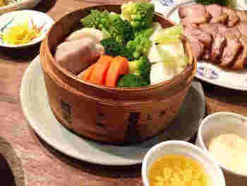二段の蒸籠で、蒸し野菜とソースを同時に調理。 ポン酢バターと、アンチョビの2種類のソースでいろいろな蒸し野菜を味わえます。