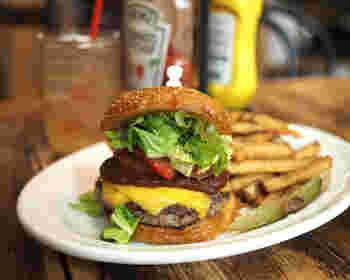 肉汁あふれるハンバーガーも人気メニュー。パテは牛肉100%で、挽き方や厚さにこだわったジューシーな味わいが楽しめます。  こちらの「レッドモーレチーズバーガー」は、パテにチェダーチーズが2枚のっていて、スパイシーなレッドモーレがアクセント。アメリカンスタイルのハンバーガーを頬張れば、おなかも心も大満足です。
