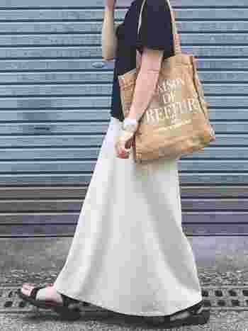 白のロングスカートを主役にしたい日も、迷わず黒Tシャツを。シンプルなのに、リゾートやビーチ用のコーデではなく、きちんと街着として成立します。