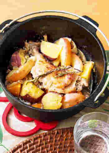 骨付きの鶏肉も、丸ごとダッチオーブンへ。下準備としてフォークで軽く穴を開けておくことで、しっかりと味が染み込みます。蓋を開けた瞬間、りんごの甘酸っぱい香りが!