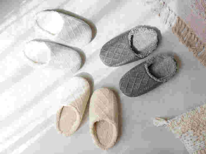 ざっくりとしたケーブル編みが可愛い、ニットルームシューズ。ふわふわのボアが、足元をさむさから守ります。甲が深めで、フィット感抜群なのも魅力。パタつきがなく、履けば履くほど足に馴染んでくれます。