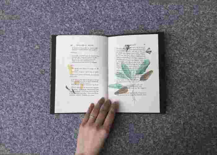"""「日頃からあたまの中に溜まっているものを一気に形にするものが、わたしにとってのZINEだと思っています」。ZINE作成の際は、""""即興性""""を大切にしていると言うやまもとさん。モチーフの花のセレクトやページの構成はスピード感を持って行ったのだそう。「押し花の存在の疑似体験として、切り抜いたクローバーのコラージュをZINEに挟んで販売をしました」。ZINEであり、アートブックとも言える一冊。実際に手にとって、その押し花の表現に触れてみてほしいZINEです。"""