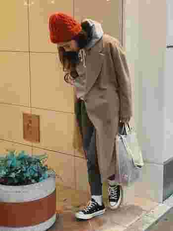 ニット帽は、カラーバリエーションがとにかく豊富なうえ、どの色を選んでも意外と使いやすいのが特徴です。他の帽子なら絶対に選ばないような色味を選んで、コーデの差し色にすると◎。オレンジや赤などの明るいカラーは顔色も綺麗に見せてくれます。