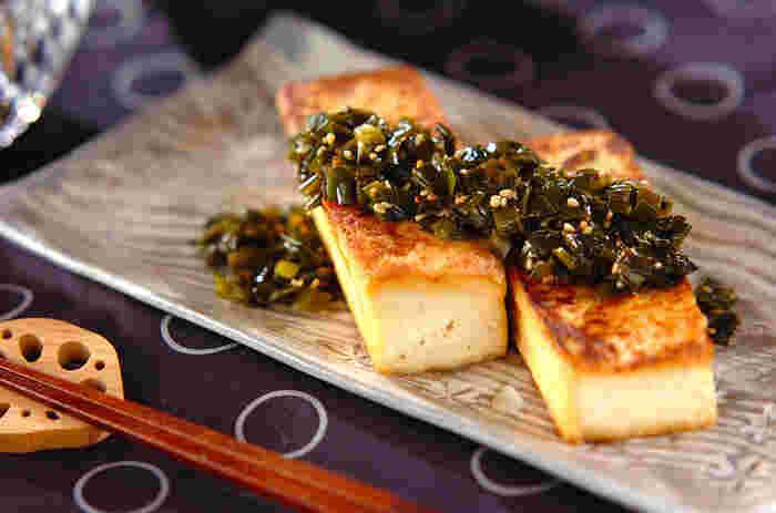 水きりをした木綿豆腐を焼いて、ニラがたっぷりのニラソースをかけて召し上がれ。お酒のおつまみにも、夕食の逸品にもなる一品です。