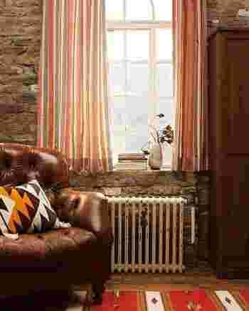 艶やかなレザーソファーが印象的なアンティーク風のお部屋には、レトロ感のある暖色ストライプのカーテンで優しく馴染ませて。ノスタルジーな雰囲気が一層アップします。