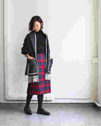 名門ファクトリーブランド「O'NEIL OF DUBLIN(オニールオブダブリン)」の巻きスカートは、1枚仕立ての生地をベルトで留めて着る伝統的なデザインが魅力。バックに規則正しいプリーツが施されています。上品なタータンチェックを引き立たせるために、スカート以外はブラックでまとめているのがポイント◎
