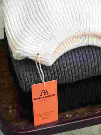 詰まりすぎず、開きすぎない襟元で上品にスタイリングできる「クルーネックニット」は秋冬の定番アイテム。シンプルで着回しが効くのも大きな魅力です。さて、今年はどんな風に着まわそう?