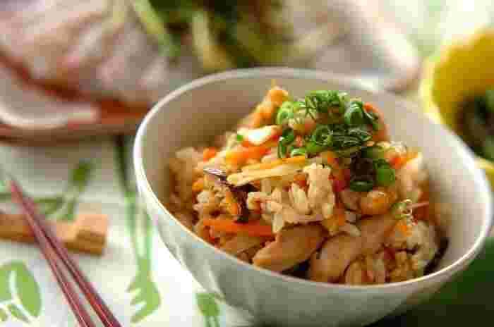 福岡県では鶏肉のことをかしわと呼び、お祝い事や来客がある時は「かしわ飯」を作るのだそう。各地域や家庭ごとに具材や鶏肉の大きさなどの細かな違いがあるそうですが、基本は鶏もも肉とごぼうを醤油味で炊いたシンプルな炊き込みごはんです。