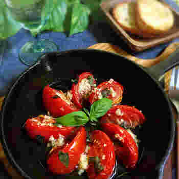 甘くてジューシーなトマトをスキレットでコンフィに。ワインやシャンパンと一緒にどうぞ。