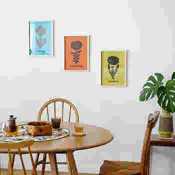 カラーが強いイラストは、並べ方が判らなくて真横に並べてしまいがち。そんな時は斜めに飾って遊び心を添えてみましょう。特にこうした花の絵柄が大きいイラストは、リビングなど家族が集まる場所に飾れば、パッと明るい印象になりますよ。