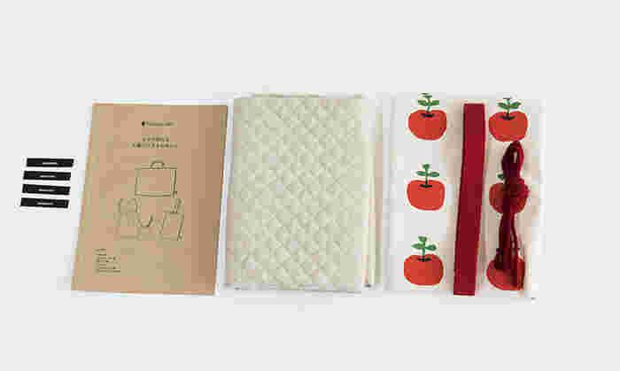 キットに用意されているのは布や紐、タグなど。加えて丁寧な作り方の冊子も同封されています。
