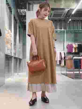 オーバーサイズのカットソーワンピースに、プリーツスカートを合わせたスタイル。 スカートの透け感が、上品で女性らしい雰囲気をプラス。  レザーバッグできちんと感を出せば、秋のデートにもぴったりなコーディネートに。