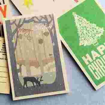 人と違うカードを送りたい!という方は、木製のクリスマスカードはいかがですか?切手を貼ってポストからも投函可能です。3種類あり、どれもお部屋に飾っておきたくなるデザインです。