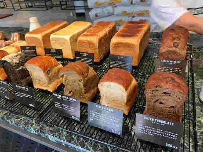 ずらりと並んだ美味しそうな食パンたち。2斤の食パンの他にガトーショコラやオリーブ&オリーブオイルなどの個性豊かな味が楽しめる「フレーバープティ」などバリエーション豊富です。定番の食パンは2斤サイズになっていて、美味しく食べてもらうためにあえてカットせず、おうちでお好みの厚さに切って食べてもらうスタイル。