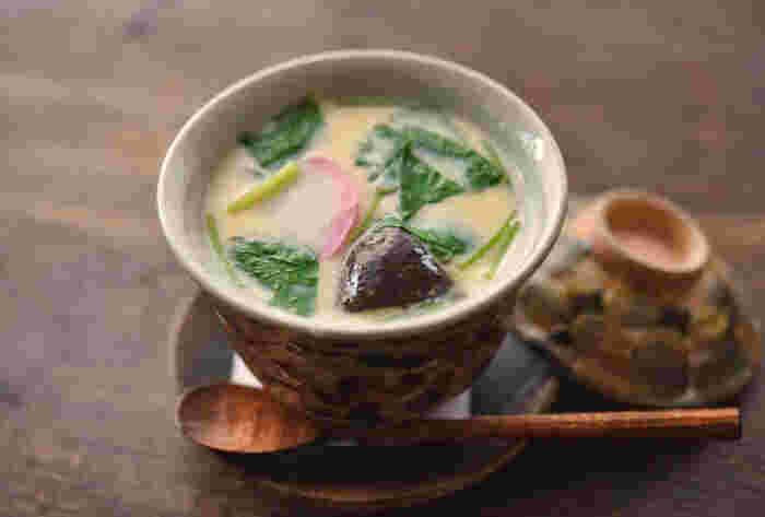 出汁と卵を使う和食と言えば、茶碗蒸しも忘れてはいけません。人気メニューではありますが、手作りのハードルが高い料理ですよね。レシピでは蒸し器が使われていますが、お鍋を使って作る方法も紹介されています。専用の器の代わりに、マグカップを使ってもOK!気軽にチャレンジしてみてください。