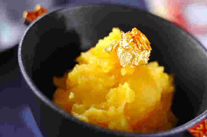 おせち料理には、それぞれに意味があります。「栗金団(くりきんとん)」は、クチナシで染めるその美しい色が黄金の財産をあらわし、富を得る縁起物としてお正月には欠かせない一品です。さつまいもをクチナシの実と茹でて丁寧に練り上げ、栗と合わせます。