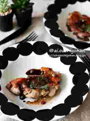 スペシャルな日には、肉料理にディルを添えてみて。 こちらは、鶏もも肉のジューシーさ、皮のパリッとした香ばしさ、そして仕上げのスパイスが一体となるレシピです。繊細な見た目のディルによって、盛り付けが上品にグレードアップすることでしょう。