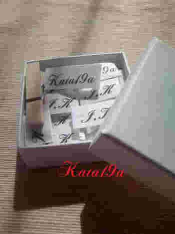 バイアステープに名前やイニシャルをプリントして、ネームタグを作ることもできます。 何枚かまとめて作っておくと便利ですね。