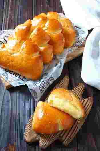 こちらはお馴染みクリームパンのレシピ。見た目はとっても本格的ですが、発酵過程がスムーズ化したお手軽レシピなんです。ポイントは電子レンジを使うこと。発酵時間がだいぶ短縮されるので、パン作りのための時間があまりとれないときにもおすすめですよ♪