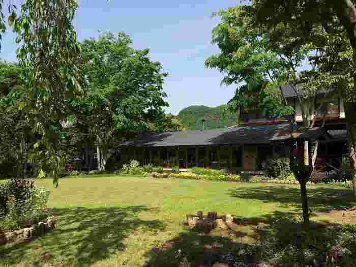 この建物が「OBUSE 花屋(はなや)」。美しいガーデンを眺めながらお食事やお茶ができます♪