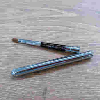 ルージュを唇に乗せるときは、グリグリと直接塗り込むのではなく、先の細いリップブラシを使用。唇の山部分や口角ラインなど、細かいところは特に慎重に!