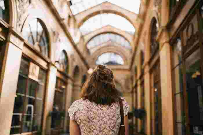 通勤するとき、買い物をするときなど、生活の中で必ずと言っていいほど行う「歩く」という動作。これを、なんとなく歩くのではなく、大股&速足で歩くことを意識してみましょう。