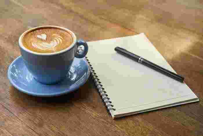朝の光がたっぷりと降り注ぐカフェで手帳を広げてみましょう。スケジュール帳とは別の朝活手帳をつくってみるのもいいですね。欲しいものや、行きたい場所、面白かったことや好きなスタイリングなど書きたいことをどんどん書いてみると、頭の中がすっきりと整理されていきます。