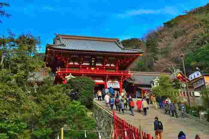 鎌倉を代表する名所「鶴岡八幡宮」は、鎌倉初代将軍・源頼朝ゆかりの神社です。頼朝が「八幡の神さま」に戦勝祈願し、無事に凱旋したことから、勝負運や仕事運のご利益があるといわれています。また、妻・北条政子との夫婦円満ぶりから、良縁のご利益もあるのだとか♪