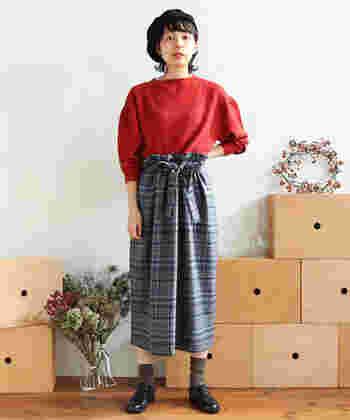 ハイウエストのスカートには、綺麗色のニットをIN。赤×グレーの「The 冬」なコーデがとってもキュートです。