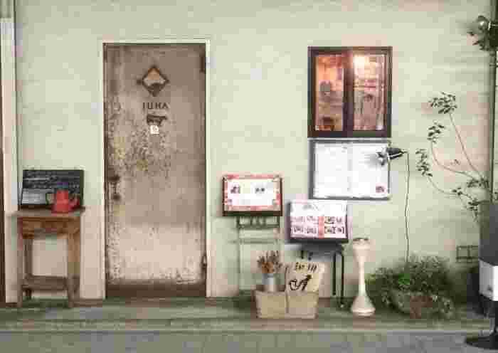 """続いては、夜遅くまで開いてる喫茶店「JUHA (ユハ)」をご紹介。西荻窪駅から徒歩約5分の立地にさりげなく佇む、まさに""""隠れ家""""的なお店です。"""