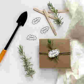 普段仲が良い人にプレゼントを渡す時は、遊び心のあるKNOOPWORKSの「SPEECH BUBBLE シール」を貼ってみるのはいかがでしょうか?気持ちを添えるメッセージシールも、POPな物を選んで袋や箱などに貼るだけでもおしゃれになります。