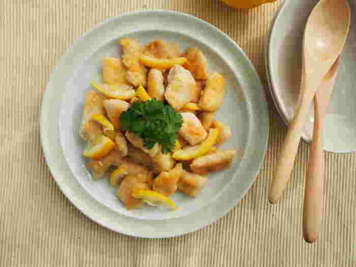 さっぱりした鶏むね肉を炒め、レモン風味に仕上げてさらに爽やかさをアップさせたメインおかず。健康が気になる方にもおすすめのヘルシーなメニューです。