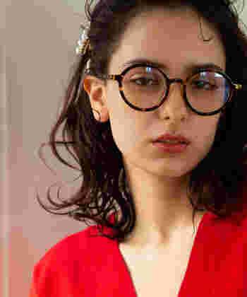 べっ甲のお洒落でレトロな眼鏡に、お出かけの日はウェーブヘアのアクセントにパールのヘアアクセサリーをON。