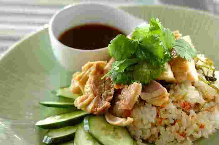 ちょっぴり難しいような印象のカオマンガイ。下味をつけた鶏肉を炊飯器でごはんと一緒に炊き上げてしまうので、簡単にできるんです。つけだれをかけていただきます。