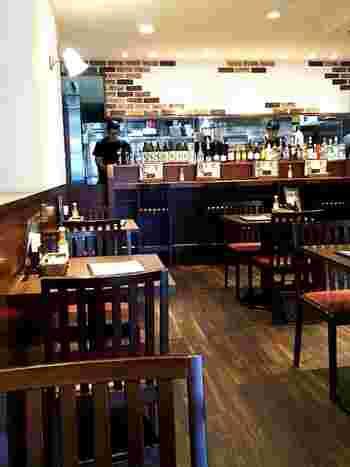 カジュアルな雰囲気の店内は、テーブルとカウンター席があります。地元の方がふらりと一人で来店したり、お子さんが一緒の家族連れ訪れたりと居心地の良い空間が魅力です。