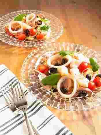夏はシーフードを使った爽やかな冷製パスタもおすすめです。こちらはイカとホタテの貝柱に、トマト&バジルを加えた彩の美しい冷製パスタ。たくさんの具材が入ってボリューム満点の一品です。