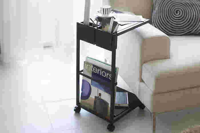 コの字型のフォルムで、省スペースなので、ソファに座りながら手元まで天板を引き寄せることが出来ます。 また、脚にはキャスターが付いているので、自由自在に動かすことも可能。例えば、ソファに座っていてノートパソコンを使いたい!なんて時にもピッタリです。