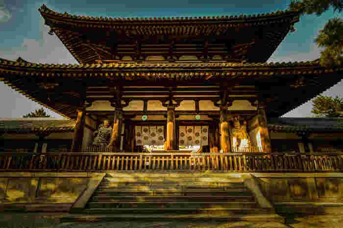 中門は、世界最古の木造建築物群に指定されている西院伽藍への入り口です。重厚感あふれる佇まいの中門は飛鳥時代に造られたもので、国宝に指定されています。