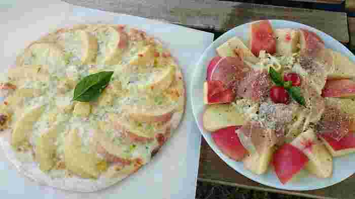 画像左から『完熟桃とゴルゴンゾーラのピザ』、『桃の冷製パスタ』。桃を使ったカレーやサラダのメニューもあります。