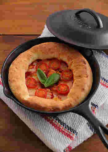 スキレットを使えば、もっちりとサックリの両方の食感が楽しめる本格ピザが自宅でできちゃいます。