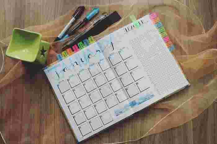市販の手帳を使わずに、こんな風にノートに月と日を書いていけば、自分だけのオリジナル手帳が完成!好きなデザインにできる自由さがいいところ。定規を使って日にちを区切って、横に日付を書いた付箋を貼っておけば、すぐにページを開けます。
