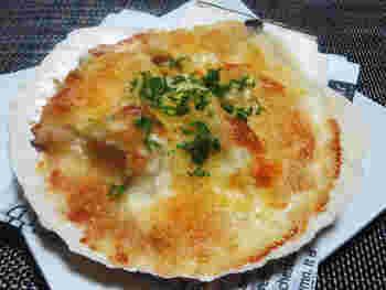 ホタテの殻を使って作ったグラタンは浅くできるので、ソースの部分がパリパリに仕上がります。ピザ用チーズをたっぷりとのせて、香ばしい焦げ目をつけていただきましょう。