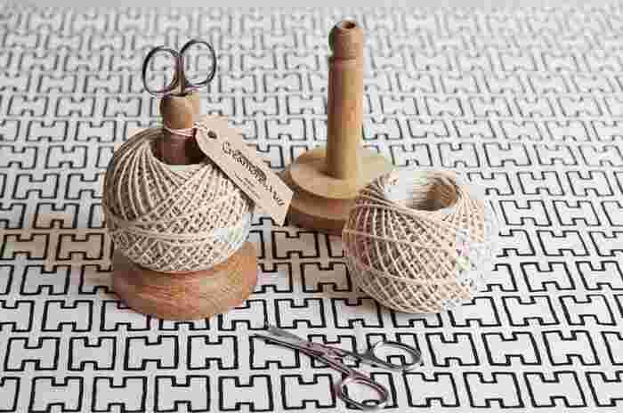ひもで結んでタグを付けるラッピングは、シンプルで簡単ですが、とてもおしゃれ。写真は、天然の綿を紡いだコットンひもで、優しい風合いが素敵です。スタンドもハサミも付いたセットで、イギリス製です。